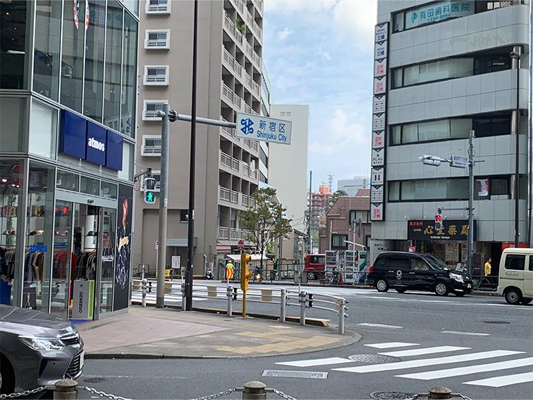 ④右へ道順に行くと交差点に出ます。