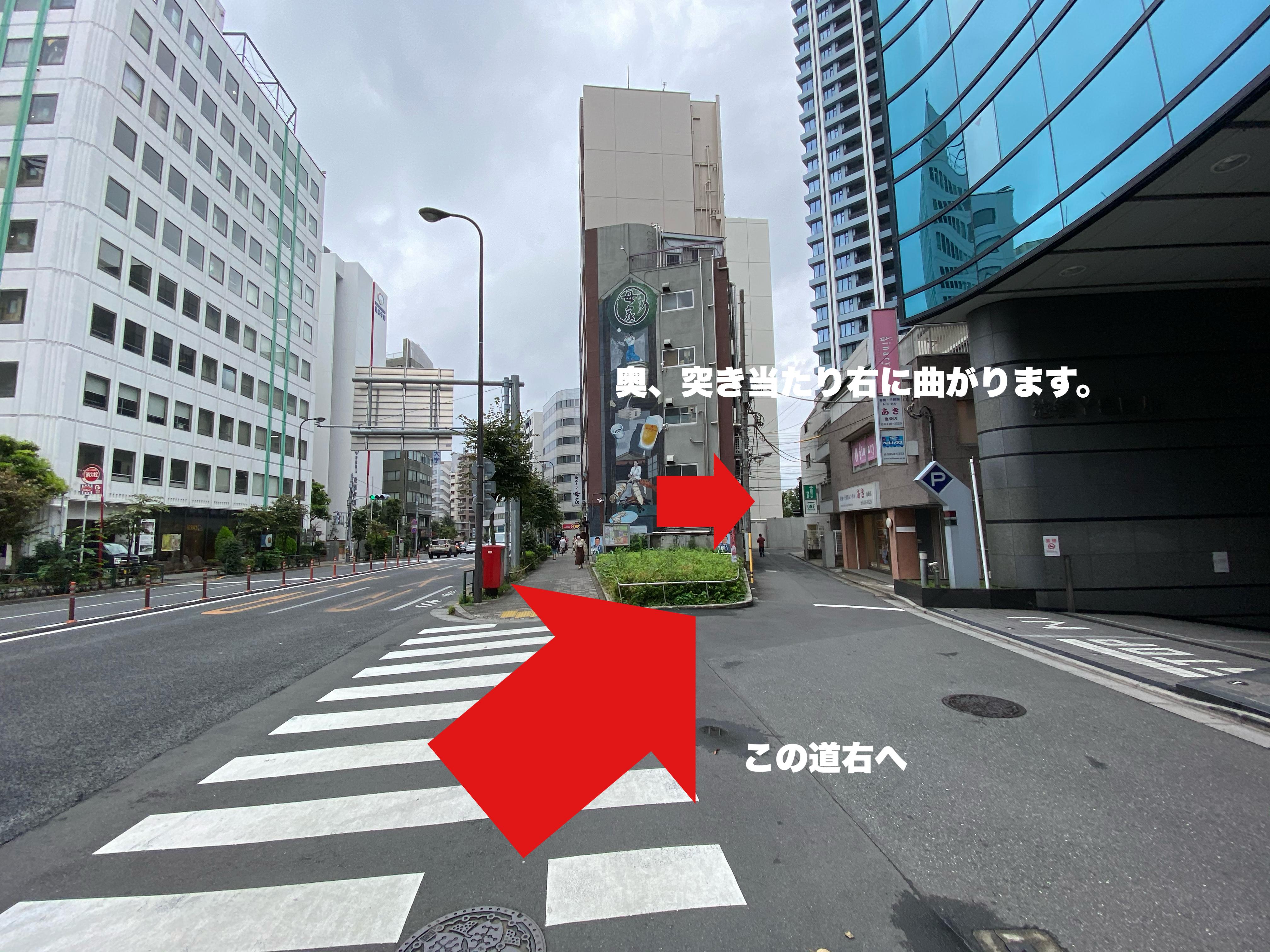 進むと壁画のあるビルがあります。<br /> その右の道に進みます。<br /> 突き当たりを更に右に、その後道なりに進みます。